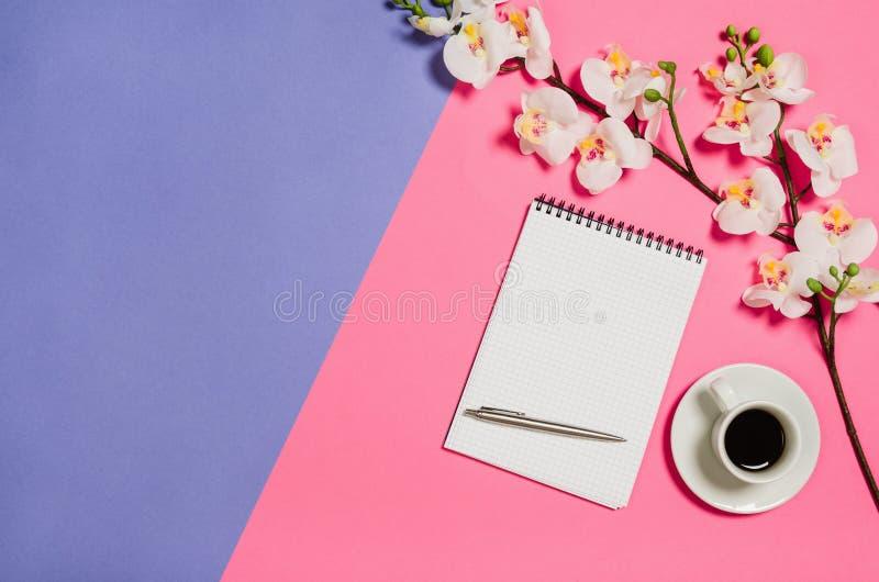 Foto plana de la endecha de un escritorio creativo del espacio de trabajo de la mujer del freelancer con el fondo del espacio de  fotografía de archivo