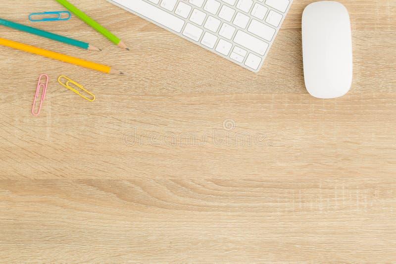 Foto plana de la endecha del escritorio de oficina con el ratón y el teclado, visión superior imagen de archivo libre de regalías