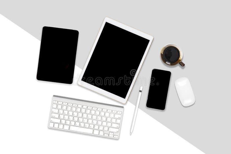 Foto plana de la endecha de la tabla de la oficina con el ordenador portátil, la tableta digital, el teléfono móvil y los accesor libre illustration