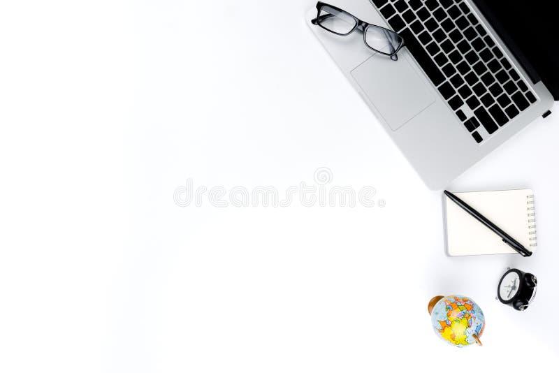 Foto posta piana creativa del posto di lavoro moderno con il computer portatile, il fondo del computer portatile di vista superio fotografie stock