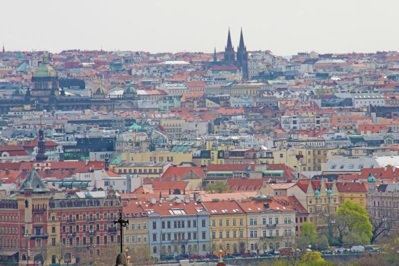 Foto in Praag wordt genomen dat Praag Charles Bridge over de Vltava-Rivier, een horizontaal panorama van huizen met betegelde dak royalty-vrije stock afbeelding