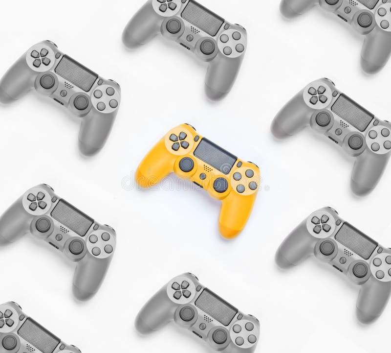 Foto preto e branco com cor amarela seletiva, muitos gamepads fotografia de stock