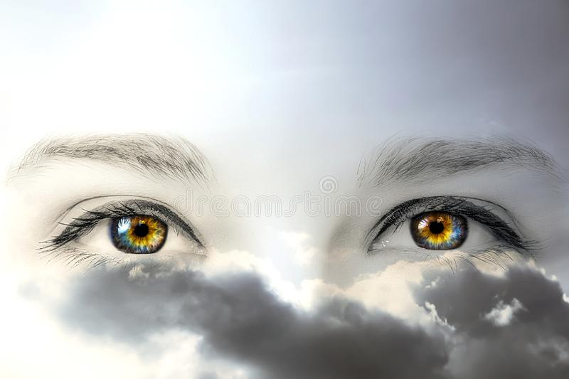 Foto preto e branco criativa dos olhos fêmeas coloridos com pestanas longas e da composição profissional em céus nebulosos com in fotografia de stock