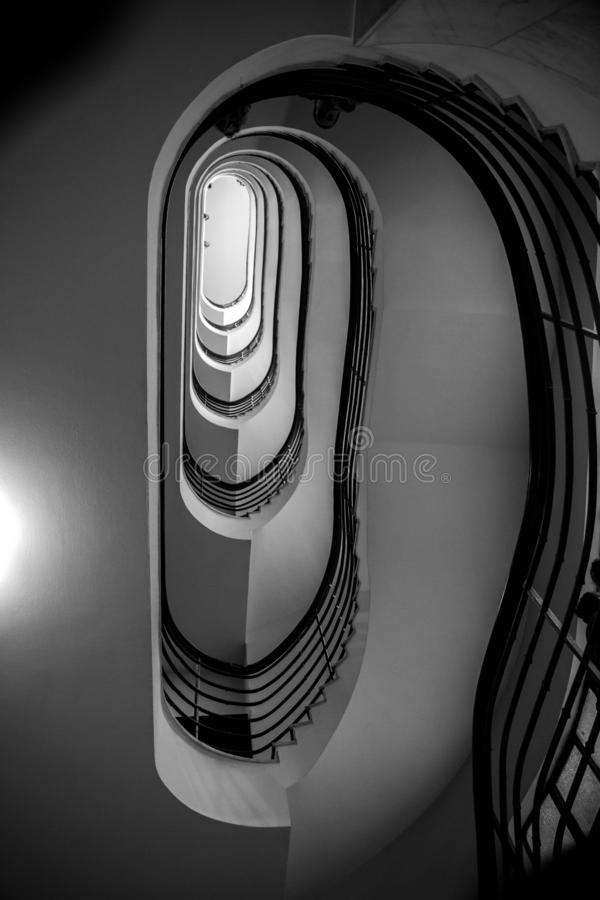Foto preto e branco da escadaria espiral velha, escadaria espiral dentro da casa velha em Budapest, Hungria fotos de stock royalty free