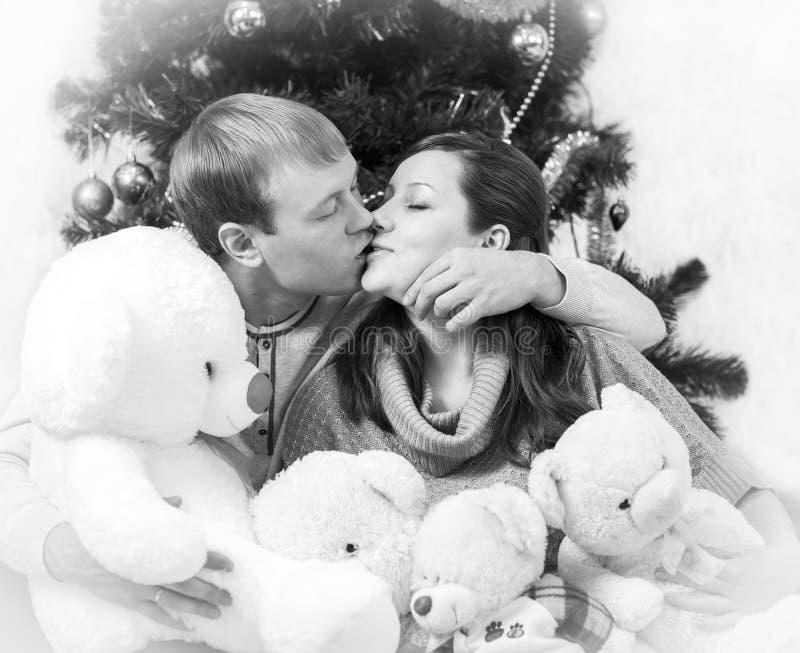 Foto preto e branco de beijar amantes com vinheta branca imagens de stock royalty free