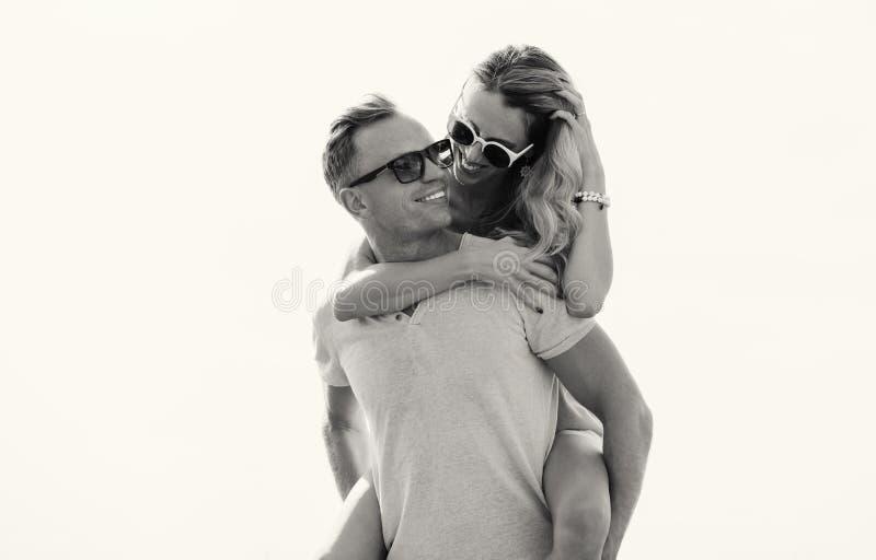 Foto preto e branco de pares felizes imagem de stock royalty free