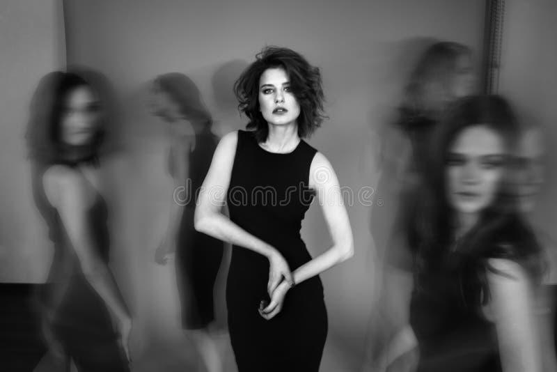 Foto preto e branco do estúdio de cinco mulheres em vestidos pretos Azul imagens de stock royalty free