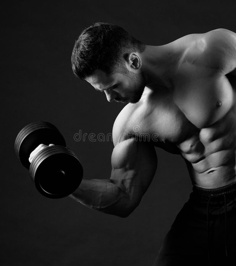 Foto preto e branco do peso de levantamento do halterofilista imagem de stock royalty free