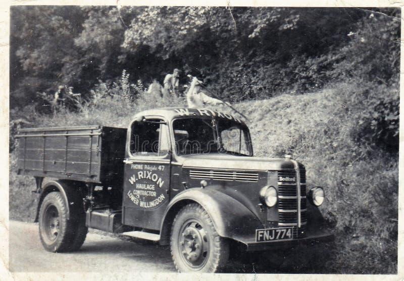 Foto preto e branco do vintage de W Rixon, os anos 50 do caminhão de Contrators Bedford do transporte fotografia de stock