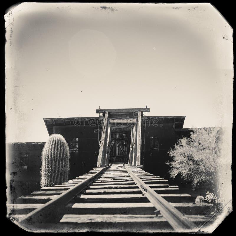Foto preto e branco do vintage do Sepia da entrada perigosa velha de mina de ouro da jazida de ouro a uma mina de ouro foto de stock royalty free