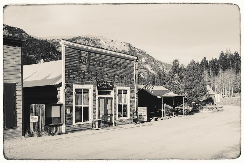 Foto preto e branco do vintage do Sepia de construções de madeira ocidentais velhas em St Elmo Gold Mine Ghost Town fotografia de stock