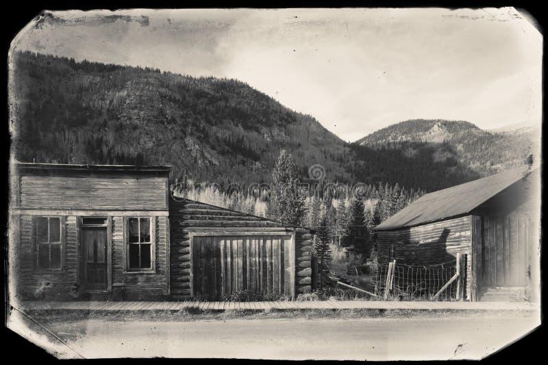 Foto preto e branco do vintage do Sepia de constru??es de madeira ocidentais velhas em St Elmo Gold Mine Ghost Town em Colorado fotos de stock royalty free