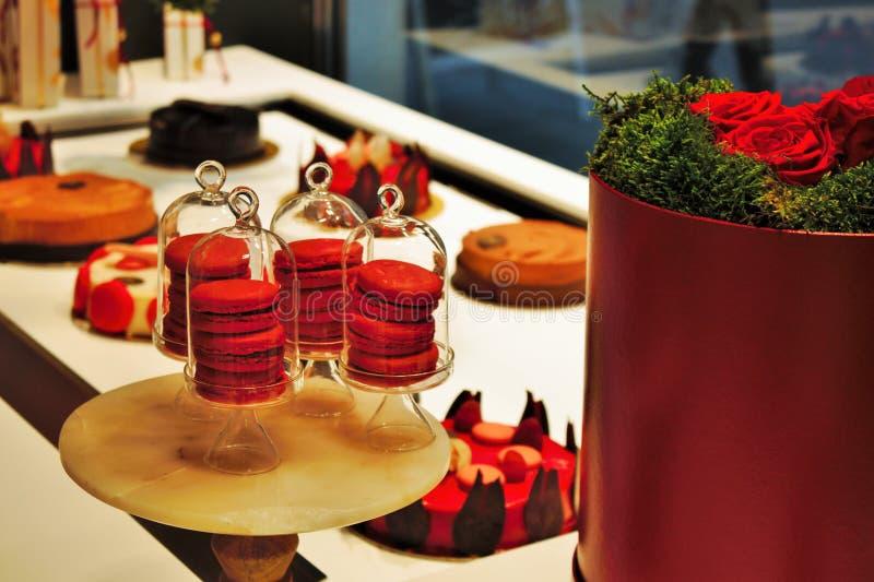 Foto que muestra los dulces coloreados rojos en una tienda de pasteles veneciana fotos de archivo libres de regalías