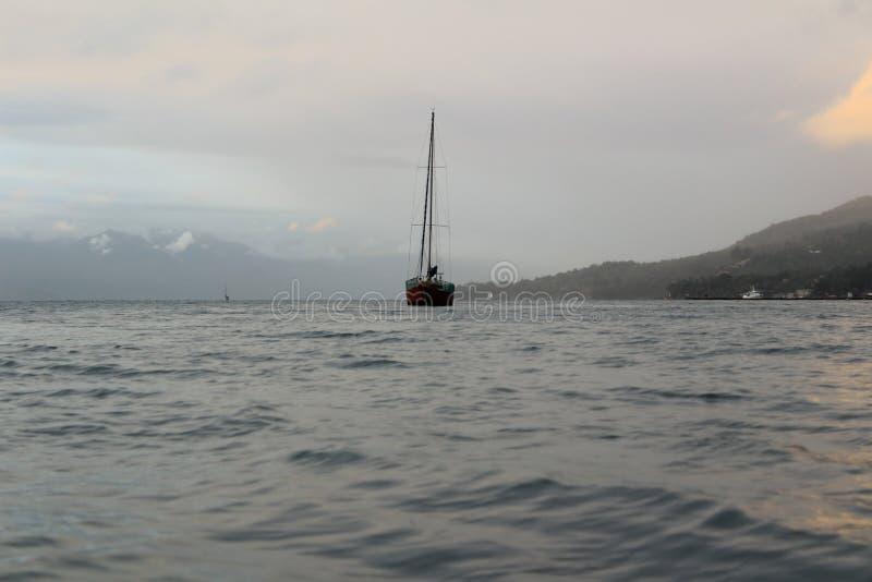 Foto que muestra un velero en el medio del mar fotos de archivo