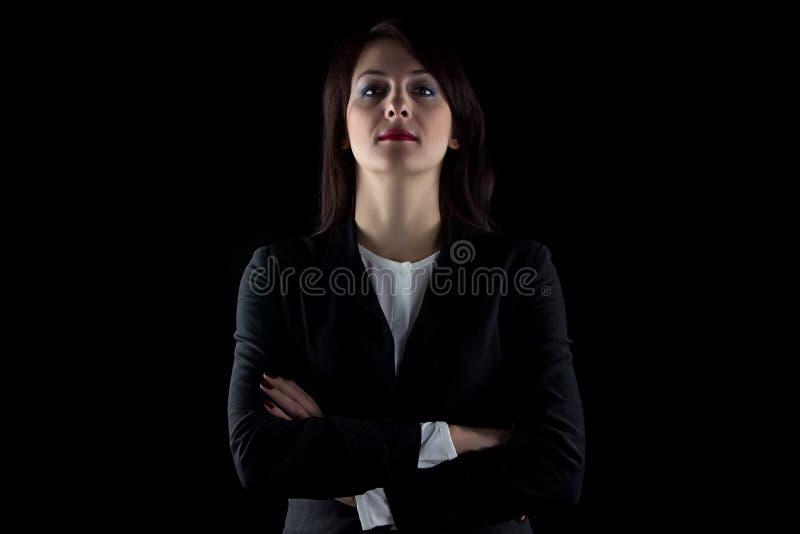 Foto que olha a mulher de negócio moreno da câmera fotos de stock royalty free