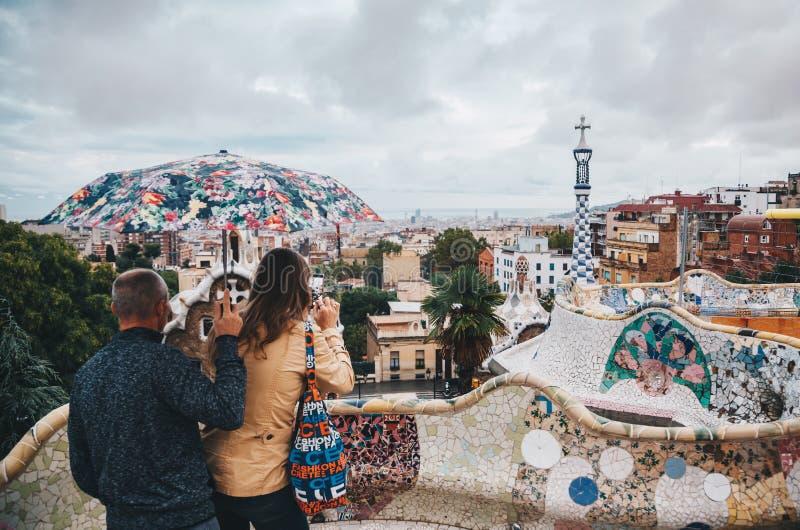 Foto que toma turística adentro con smartphone en el parque Guell debajo del foto de archivo