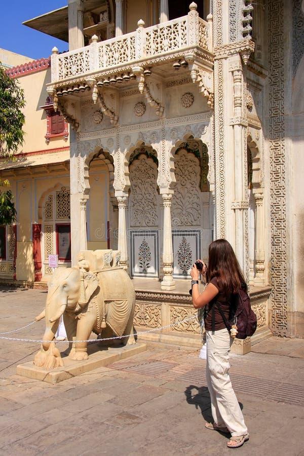 Foto que toma turística de Rajendra Pol en el palacio de la ciudad de Jaipur, rajá fotos de archivo