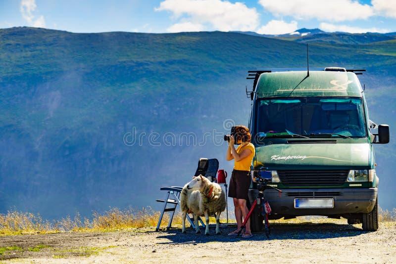 Foto que toma turística en naturaleza noruega foto de archivo libre de regalías