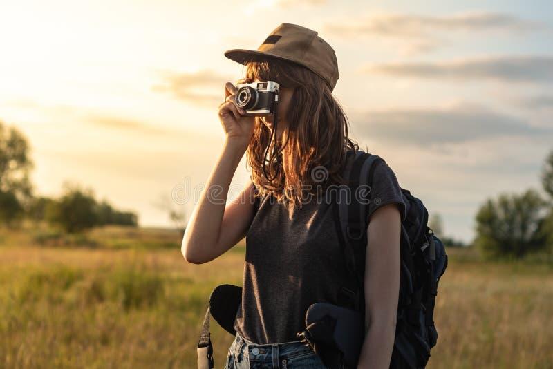 Foto que toma turística femenina joven en caminar viaje Mujer con el CCB foto de archivo libre de regalías