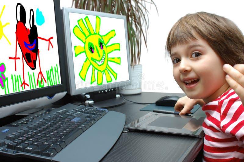 Foto que uma menina desenha no computador foto de stock royalty free