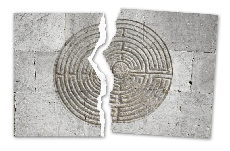 Foto rasgada de um labirinto cinzelado na parede de pedra de uma igreja do romanesque - imagem do conceito ilustração royalty free
