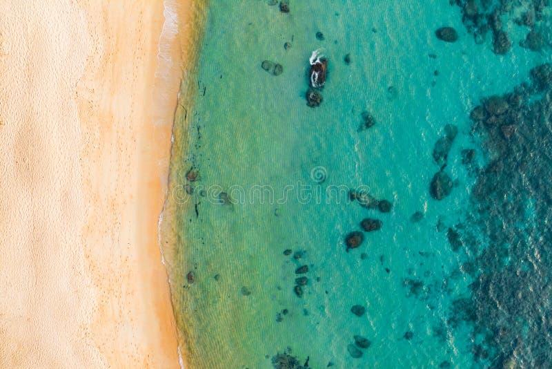 Foto a?rea de la visi?n superior del abej?n que vuela un paisaje asombroso hermoso del mar con agua de la turquesa con el espacio foto de archivo libre de regalías