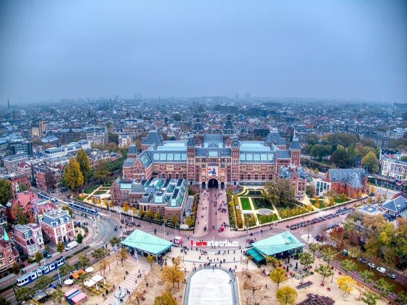 Foto a?rea de Rijksmuseum durante d?a de la niebla del invierno fotos de archivo