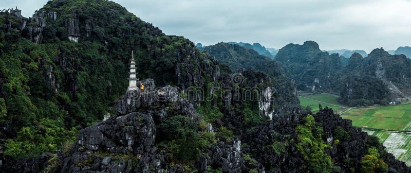 Foto a?rea do zang?o - mulher ao lado de um santu?rio sobre uma montanha em Vietname do norte Hang Mua imagens de stock royalty free