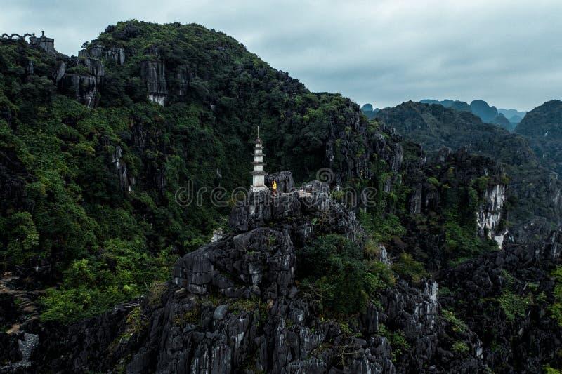 Foto a?rea do zang?o - mulher ao lado de um santu?rio sobre uma montanha em Vietname do norte Hang Mua fotografia de stock royalty free