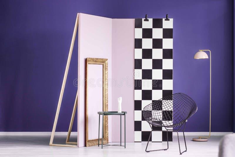 Foto real de un arreglo creativo de los muebles en inte púrpura imagen de archivo