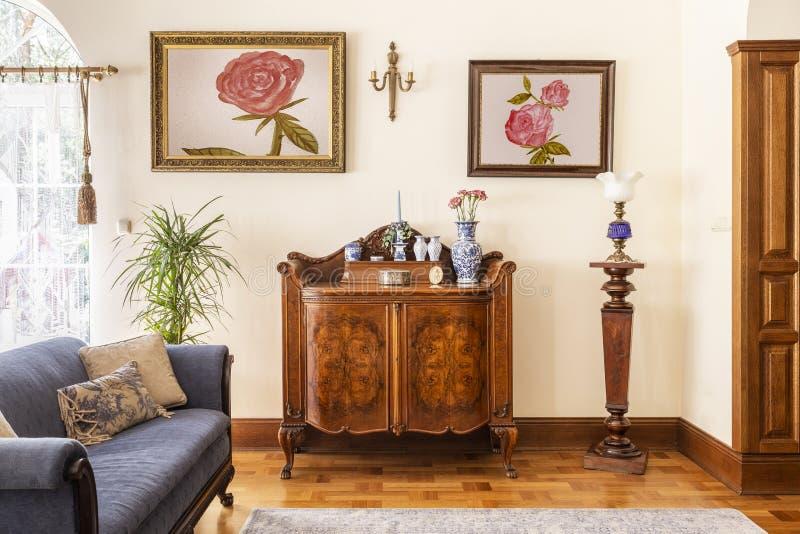 Foto real de un gabinete antiguo con las decoraciones de la porcelana, pai fotografía de archivo libre de regalías