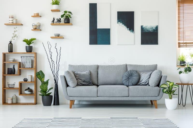 Foto real de un interior elegante de la sala de estar con un sofá cómodo fotografía de archivo libre de regalías