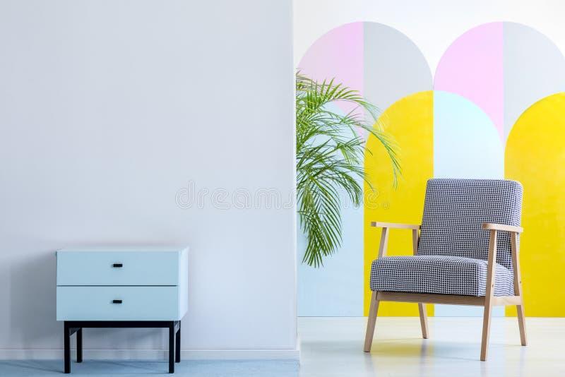 Foto real de un interior espacioso, en colores pastel de la oficina con cupbo de la menta fotos de archivo