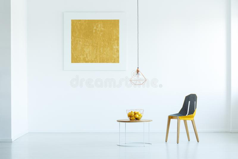 Foto real de una silla que se coloca al lado de una tabla con la fruta en whi foto de archivo libre de regalías