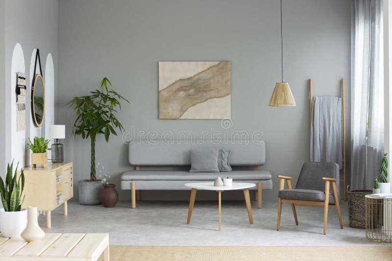 Foto real del interior gris del salón con el cartel moderno, lou fotos de archivo