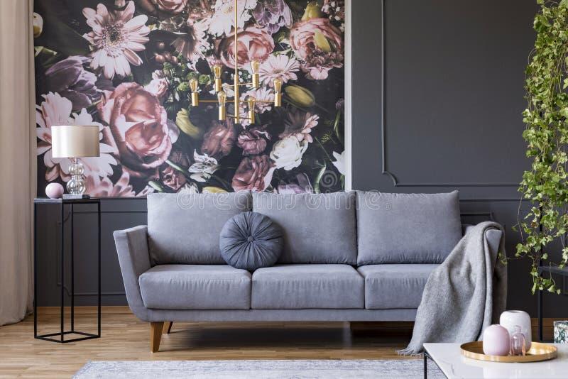 Foto real del interior oscuro de la sala de estar con la lámpara de cristal, floral imagenes de archivo