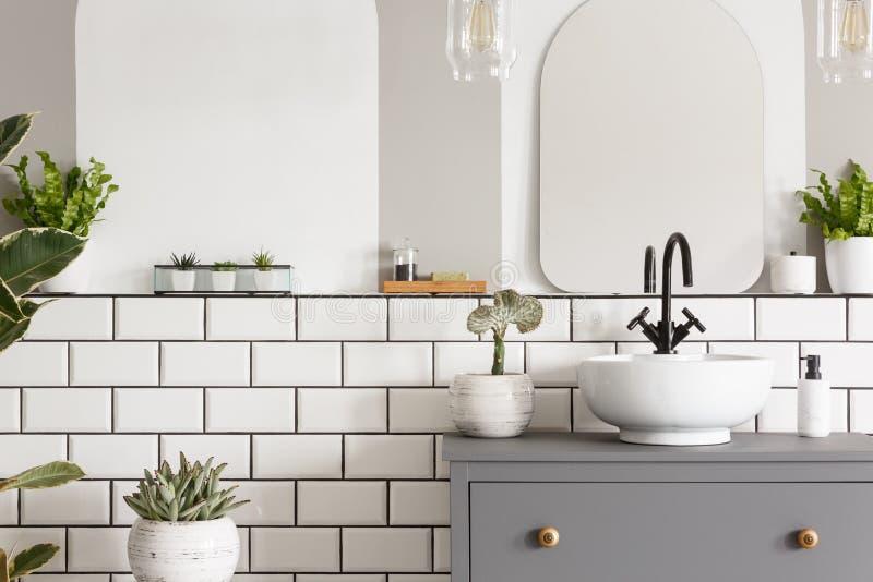 Foto reale di un lavandino su un armadietto in un bagno w interno fotografia stock libera da diritti