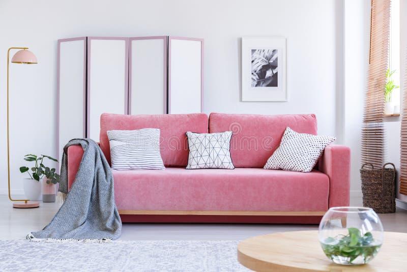 Foto reale di uno strato rosa con i cuscini bianchi e una coperta stan fotografia stock libera da diritti