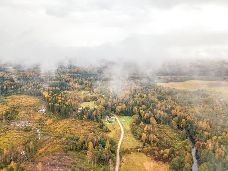 Foto regional do lado lituano do país em um dia nevoento fotos de stock