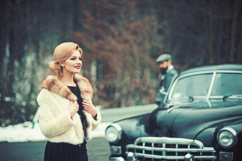 Foto retra de la mujer y del hombre de dos viajeros en coche retro fotos de archivo libres de regalías