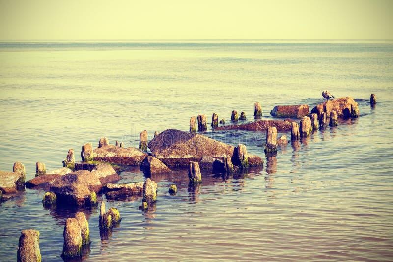 Foto retro de uma praia, fundo calmo do estilo do vintage da natureza fotos de stock