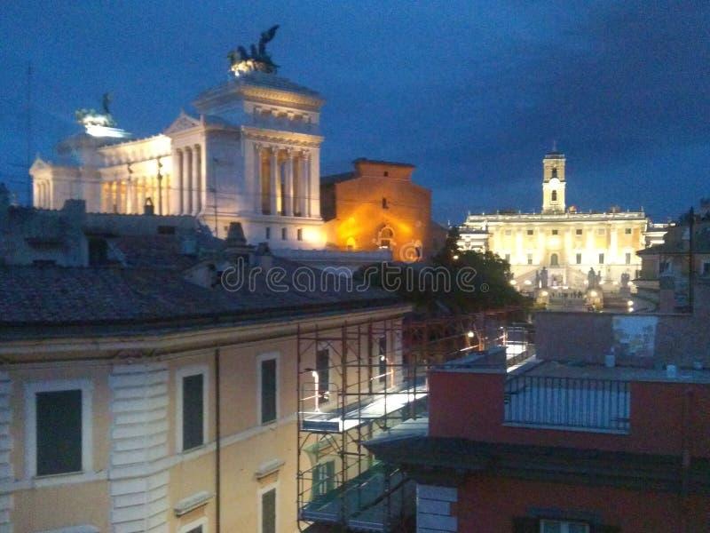 Foto romana da noite da opinião do pássaro dos monumentos fotografia de stock royalty free