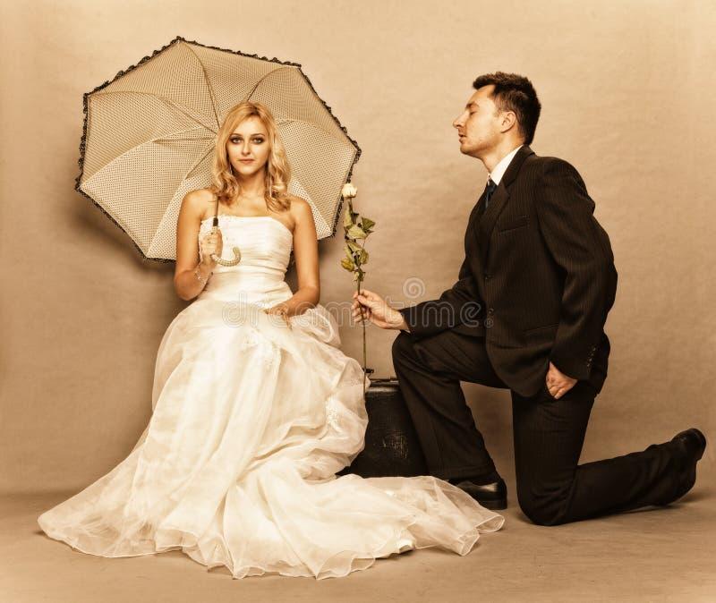 Foto romantica dell'annata dello sposo della sposa della coppia sposata fotografie stock