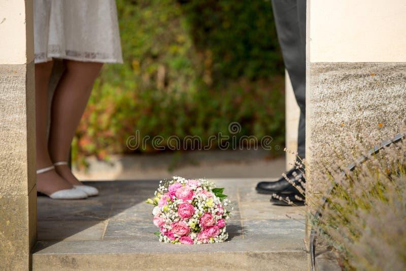 Foto romantica e simbolica da nozze europee fotografie stock libere da diritti