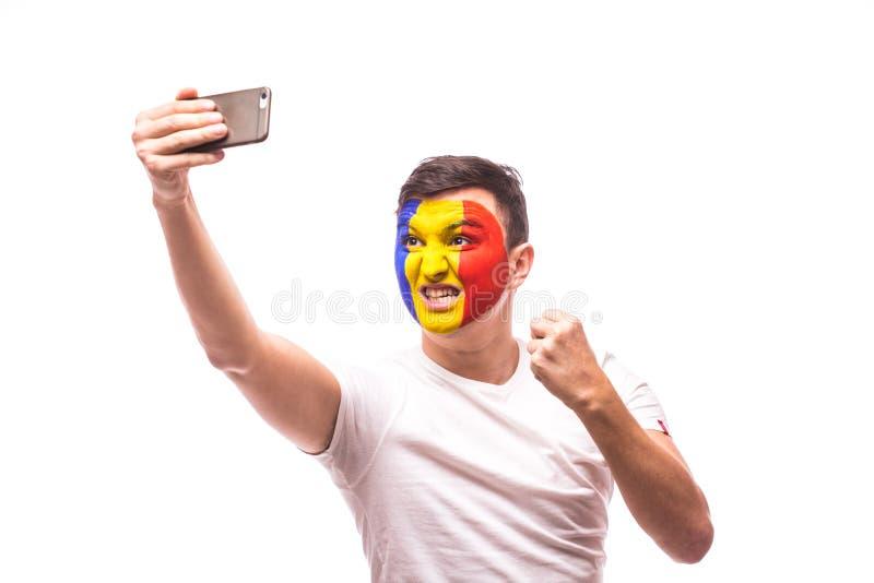 Foto rumana del selfie de la toma del fanático del fútbol con el teléfono en el fondo blanco fotos de archivo