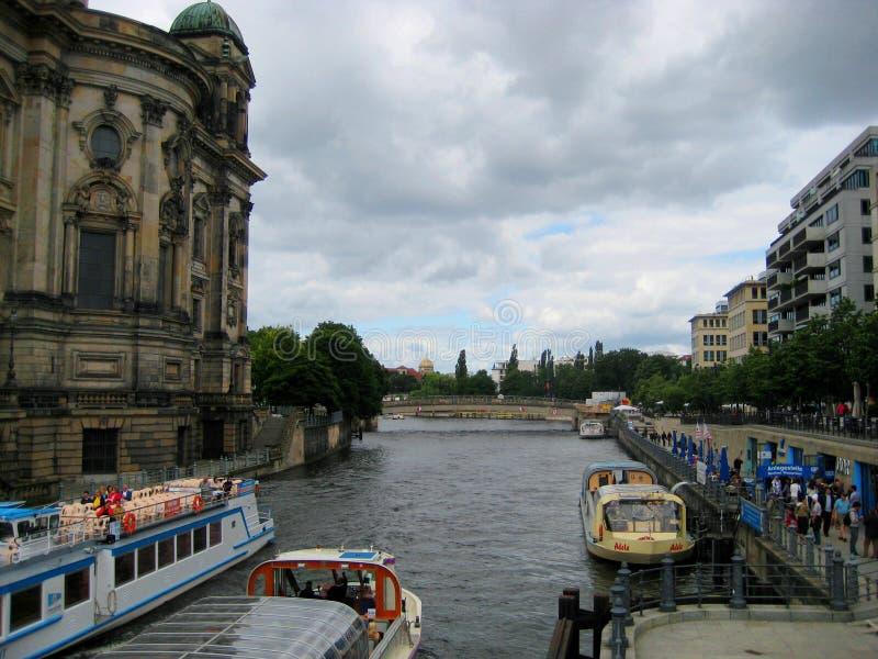 Foto's met landschaps achtergrondrivierplezierboten en schepen in de stad royalty-vrije stock foto's