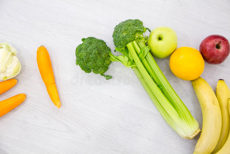 Foto sana del estudio del fondo de la comida de diversas frutas y verduras en la tabla de madera imagen de archivo