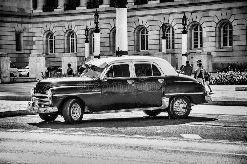 Foto in scala di grigi del Chevrolet classico Sedan immagine stock