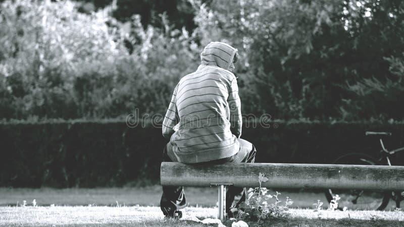 Foto in scala di grigio di Person Wearing Stripe Hoodie fotografia stock libera da diritti
