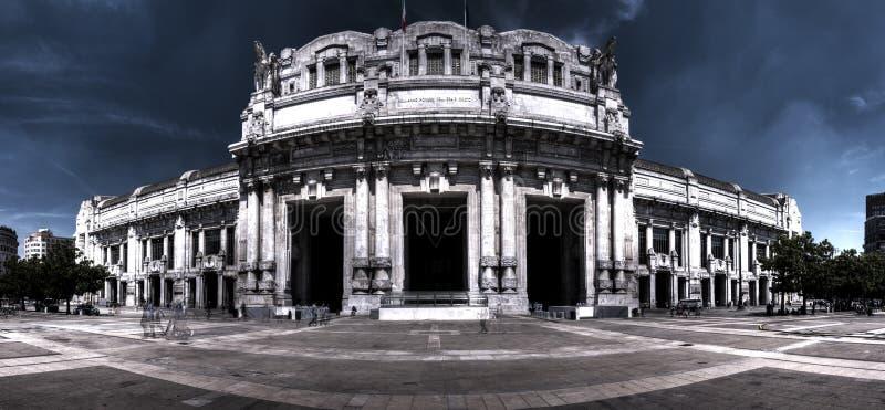 Foto scura di panorama di HDR della stazione ferroviaria centrale a Milano, Italia immagine stock libera da diritti